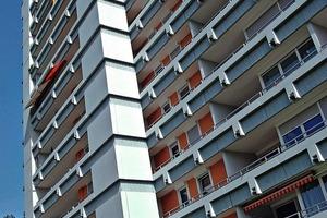 In der Wohnanlage im schwäbischen Sindelfingen wurden drei Hochhäuser vollständig instand gesetzt. Der neue Fassadenanstrich versieht die Häuser mit einem nachhaltigen Oberflächenschutz<br />