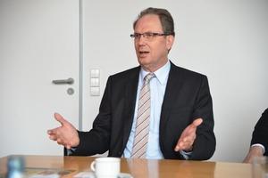 Josef Lüttenberg, Vertriebsleiter bei AEG Haustechnik erläutert die Vorzüge von Wärmeübergabestationen im mehrgeschossigen Wohnungsbau