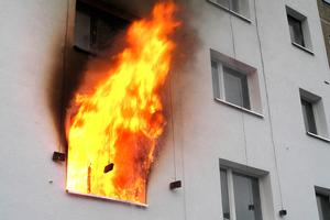 Brandtest mit extrem hoher Brandlast bei einem leerstehenden Wohngebäude. Der in die EPS-Dämmung eingefügte umlaufende Brandriegel verhinderte das Überschlagen des Brandes über den Brandriegel hinweg. Durchgeführt wurde der Versuch 2005 durch die Gesellschaft für Materialforschung und Prüfungsanstalt für das Bauwesen Leipzig mbH.