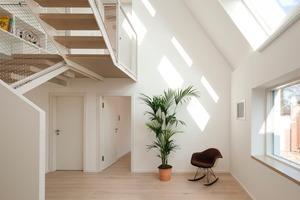 Die Modell-Modernisierung VELUX LichtAktiv Haus demonstriert eine Balance zwischen erforderlicher Wärmedämmung (U<sub>w</sub>-Wert) und Nutzung solarer Wärmegewinne (g-Wert)<br />