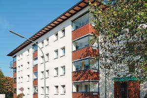 Die viergeschossigen Mehrfamilienhäuser in Bremerhaven wurden nicht nur energetisch auf einen Niedrigenergiehausstandard gebracht, sondern auch in ihrer gesamten Optik verändert. Dabei setzten die Verantwortlichen auf High-Tech-Fassadenfarben<br />