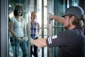 Wird die Personenbefreiung aus einem steckengebliebenen Aufzug nicht umgehend eingeleitet, drohen Schadensersatzforderungen oder die Stilllegung der Anlage durch die Behörden. Mit einem Notrufsystem lässt sich dieses Risiko minimieren