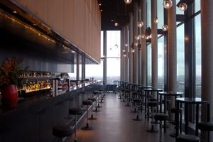 Stilvolles Bar-Ambiente: Die großflächige Verglasung sorgt in der Bar für einen imposanten Ausblick