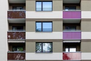 Die konsequente Linienführung zwischen den Geschossen sowie den Balkonsträngen gibt den Baukörpern eine Persönlichkeit
