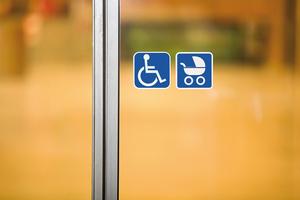 Ganz gleich, ob im Rollstuhl oder mit dem Kinderwagen: Barrierefreie Umgebungen sind universell gestaltet und von allen Personengruppen unabhängig vom Lebensabschnitt nutzbar