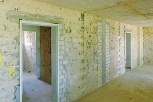 Die Entkernung bis zum tragenden Rohbau schuf Platz für zeitgemäße Raumgrößen und Wohnungsaufteilungen