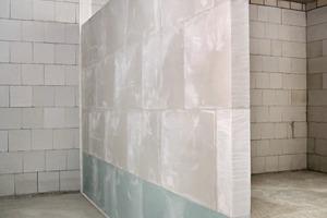 Elastische Randanschlussstreifen (rechts) sorgen für die bauakustische Entkopplung
