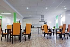 In der Wohnküche sorgen Farbakzente an den Wänden sowie farbige Beleuchtung für ein aktivierendes Umfeld<br />
