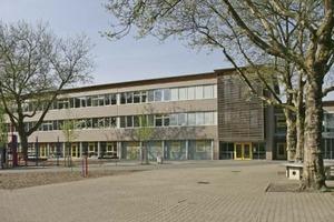 Der Schulneubau in Bottrop fügt sich harmonisch zwischen seine Nachbarbauten ein