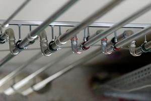 Für die Heizungsanbindung kam das Presssystem Geberit Mapress C-Stahl zum Einsatz. Parallel dazu verläuft das Mapress Edelstahl System für die Trinkwasserversorgung
