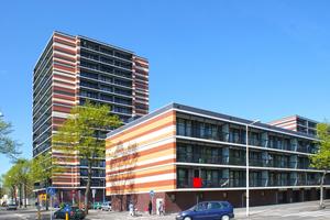 """""""Waterlandplein"""", Amsterdam: An der Fassade sorgt das präzise entwickelte horizontale Muster für einen abwechslungsreichen Rhythmus und verleiht den bis zu 17-stöckigen Gebäuden einen menschlichen Maßstab"""