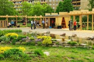 Leipzig-Grünau: Die Kolonnaden mit Gartenzimmer, Teich und Beetflächen bieten ein vielfältiges Angebot für Begegnung in der Nachbarschaft<br />