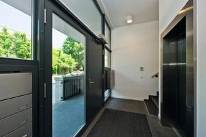 Der Hauseingang sowie 22 Wohneinheiten sind barrierefrei konzipiert. Eine Rampe führt bis vor die Tür. Jedes Geschoss ist zudem über Aufzüge erreichbar<br />