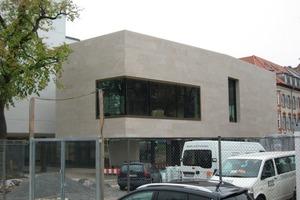 Der Bundesgerichtshof in Karlsruhe. 85% der Gesamtfinanzierung wurden aus dem Konjunkturpaket bereitgestellt. Hier zu sehen: Das Empfangsgebäude in der Seitenansicht<br />