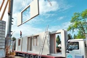 Die Bauteile wurden im Werk vorgefertigt, mit einem Tieflader zur Baustelle transportiert und dortmontiert