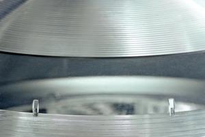 Die prismatisch ausgebildete Kuppel ist ein wahrer Lichtsammler, sie fängt auch horizontal einfallende Strahlen ein