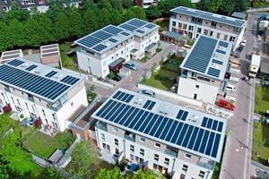 Im Quartier Eco-Carré Brucknerweg im niedersächsichen Laatzen installierte der ECB-Netzwerkpartner alwitra auf den Pultdächern der Gebäude die weltweit erste stromerzeugende Solar-Dachbahn mit einer Gesamtleistung von 47kW<br />