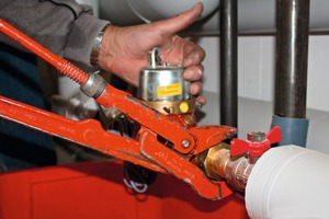 Einbau eines mechanischen Volumenmessteils in die waagerechte Leitung