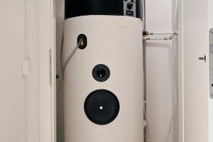 In jeder Wohnung stellt eine Lüftungs-Wärmepumpe die kontrollierte Wohnraumlüftung sicher und erzeugt gleichzeitig aus der warmen Abluft aus den Räumen das Warmwasser