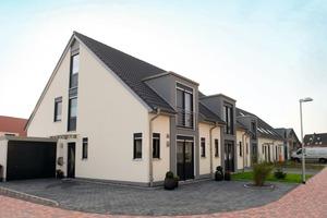 Trotz der grundsätzlichen Doppelhaus-Konzeption können außer dem quadratischen Stadthaus alle Häuser auch als Reihenhäuser realisiert werden<br />