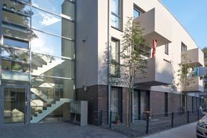 Ansichten eines – richtig – sozialen Wohnungsbaus: Die klare Kubatur des Gelsenkirchener Mehrfamilienhauses erhält durch den gekonnten Einsatz von Glas, Spaltklinker und die nur durch die Fenster gegliederte Putzfassade Wertigkeit