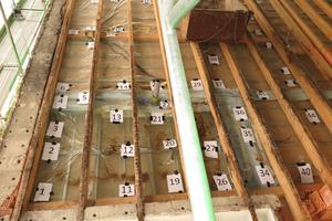 Dokumentation von Leckagen an einer als Luftdichtheitsebene vorgesehenen Folie bei einem von außen geöffneten Dach (Referenzfall für Simulation)