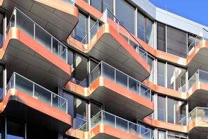 Rheinlogen, Bonn: Für farbige Akzente sorgen die roten Aluminiumbänder an den Balkonen