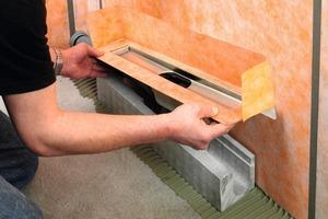 <strong>Schritt 2:</strong> Der Rinnenkörper wird in den Rinnenträger eingesetzt und mit der Gebäudeentwässerung verbunden<br />