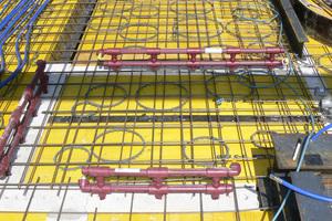 Für die wassergeführte Wandflächentemperierung KS-Quadro Therm werden vorgefertigte Kunststoff- Leitungsmodule von der Decke aus in die Installationskanäle geführt