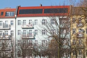 Berlin, Prenzlauer Berg: Saniertes Gebäude mit Solarkollektoren<br />