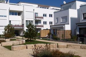 Im Innenbereichdes Ludmilla-Wohnparks befindet sich eine Grünanlage mit Sitzgelegenheiten und einem Spielplatz für Kinder