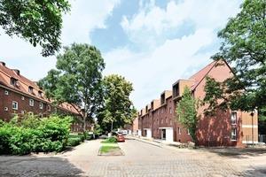 IBA Hamburg: Die Backsteinsiedlung im südlichen Reiherstiegviertel wurde größtenteils in den 1930er Jahren erbaut. Vor dem Umbau war die Siedlung Heimat für 1700 Bewohner aus über 30 Herkunftsländern. Flankiert von einem umfangreichen Beteiligungsprozess entsteht bis Mitte 2014 das Weltquartier, ein Modellprojekt für interkulturelles Wohnen