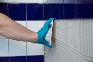 2. Schritt: Verlegung der keramischen Wandbeläge durch den beauftragten Fliesenfachbetrieb