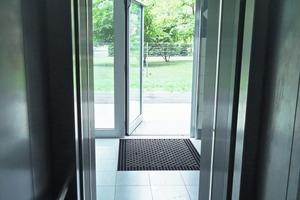 Vom Gehweg erreicht man den Aufzug ohne Barrieren