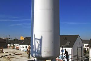 Pack die Sonne in den Tank: Die Wärmeenergie wird unter anderem in diesem Groß-Speicher von 40.000 l gespeichert
