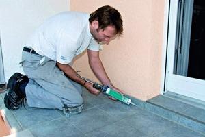 Zeitnah kann mit einem selbsthaftenden, elastischen Silikon-Dichtstoff der Boden-Wand-Anschluss elastisch geschlossen werden