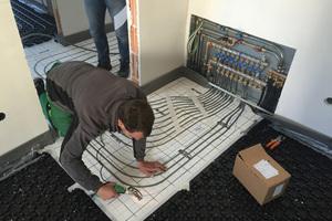 Vom Verteiler im Schlafzimmer tauchen die Leitungen in die Dämmebene ein. Darüber liegt eine kombinierte Isolier- und Montageebene
