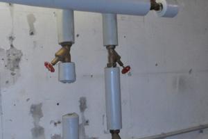 Beispiel Fehlinstallation: Das Bild aus einer Gefährdungsanalyse zeigt, dass Leitungen nicht fachgerecht zurückgebaut wurden. So entstehen Leitungsabschnitte mit stagnierendem Wasser. Hier muss die Totleitung zurückgebaut werden