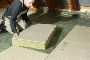 Die Nut-Feder-Verklebung der Spanplatten sichert eine stabile und begehbare Oberfläche