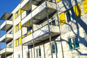 Auf der südwest-ausgerichteten Seite des Gebäudes sorgen große Fensterflächen für hohe solare Gewinne im Winter, im Sommer wird die Wärme durch Schiebeläden und Jalousien draußen gehalten