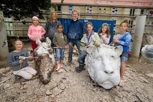 Die fertigen Tierköpfe stehen heute in einer neu angelegten Grünanlage