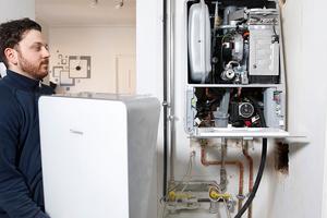 Die Geräte wurden ausgetauscht und der Schacht für die Abgasführung (oben rechts) und Kondensatableitung (unterhalb des Geräts) geöffnet
