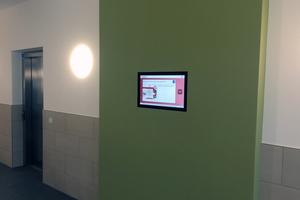Die interaktiven Bildschirme ersetzen die herkömmlichen Papieraushänge. Sie werden von der Unternehmenszentrale aus gesteuert und bestückt
