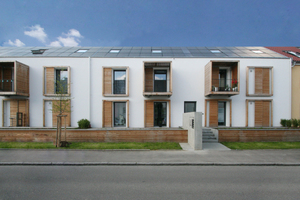 Konzept von o5 architekten (Pfuhlerstr. 12-14): Dach und Anbauten wurden mit Holzwerkstoffplatten, die Außenwand materialhomogen mineralisch gedämmt