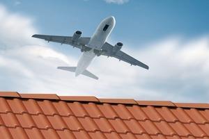 """Fluglärm kann durch entsprechende Konstruktionen und Kombination von Dachdeckungsmaterial und Dachdämmung effektiv """"außen vor"""" gelassen werden"""