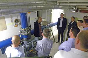 Michael Berndt von dem Hamburger Unterwelten erläutert die Lüftungstechnik im Bunker an der Müggenkampstrasse in Hamburg-Eimsbüttel