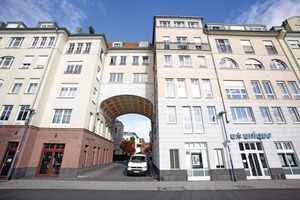 Die frisch sanierten Gebäude am Domgarten in Offenbach werden von einer unauffälligen Satellitenanlage auf dem Dach über dem Torbogen versorgt