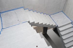 Die blaue Linie des Komplettsystems visualisiert einen schallbrückenfreien Treppeneinbau
