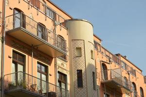 Flexibles Wärmedämm-Verbundsystem: Durch die Jugendstilelemente entwickeln die Fassaden einen eigenständigen Charakter