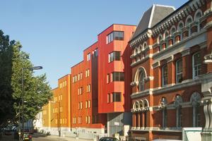 Wansey Street, London: Ein leuchtender Hingucker. Die Farbabstufung realisierten die Architekten mit den schmalen Cedral-Faserzementpaneelen mit lebendiger Holzstruktur